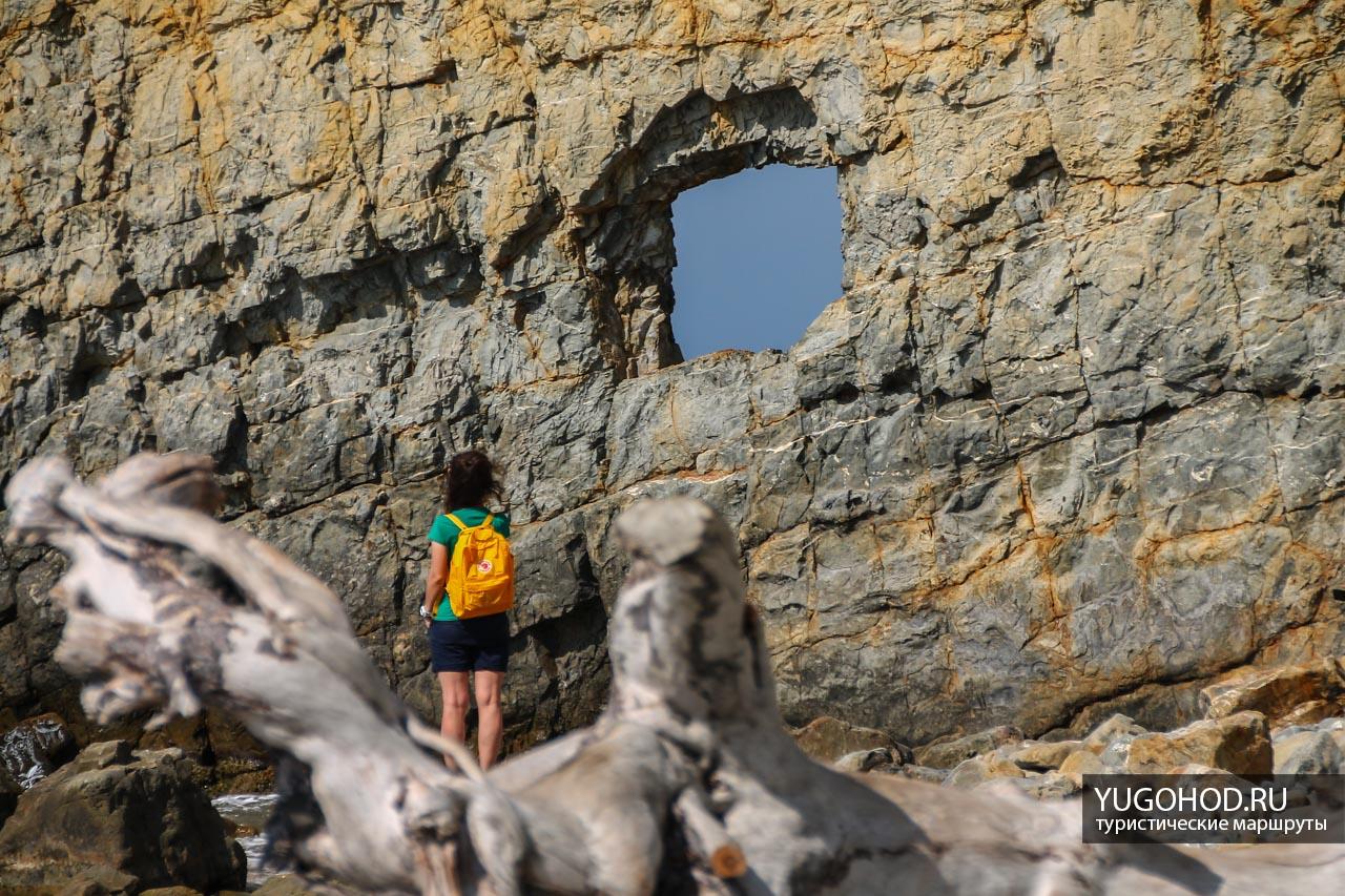 Отверстие в скале