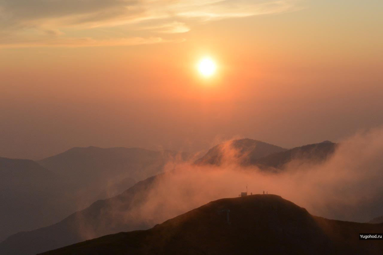 Закат хребет Аибга